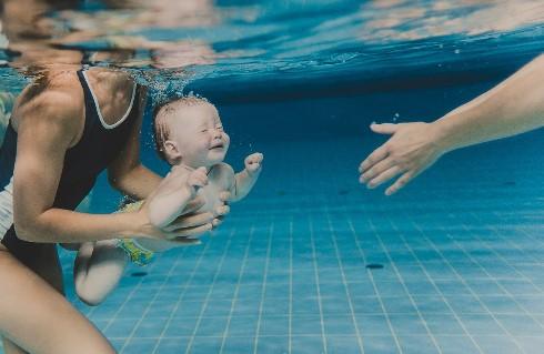 можно ли грудничку в бассейн фото